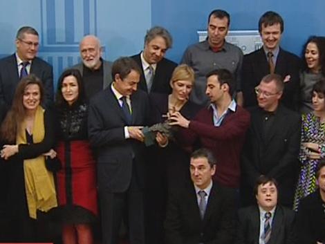 El presidente Zapatero examina el Goya de uno de los premiados.