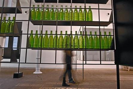 Una de las instalaciones de la muestra presentada sobre la estructura metálica que da continuidad a la exposición.