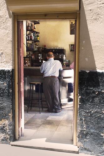 Man Standing at a Bar, Cadix por mcohen.chromiste.