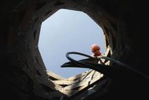 Un palestino se asoma a uno de los túneles que sirven para el contrabando de armas y también de otros productos como alimentos. Foto tomada el 17 de noviembre de 2008.