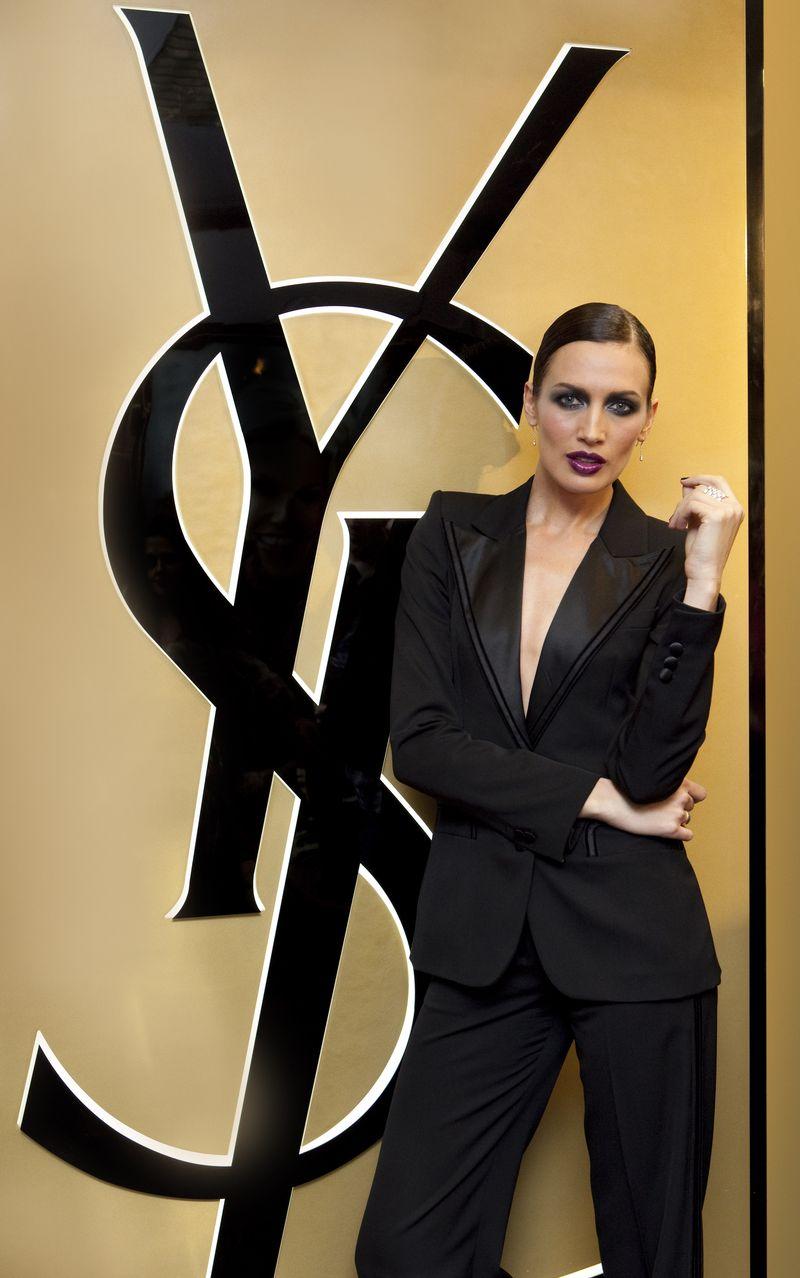 Nieves Alvarez con esmoquin negro de YSL