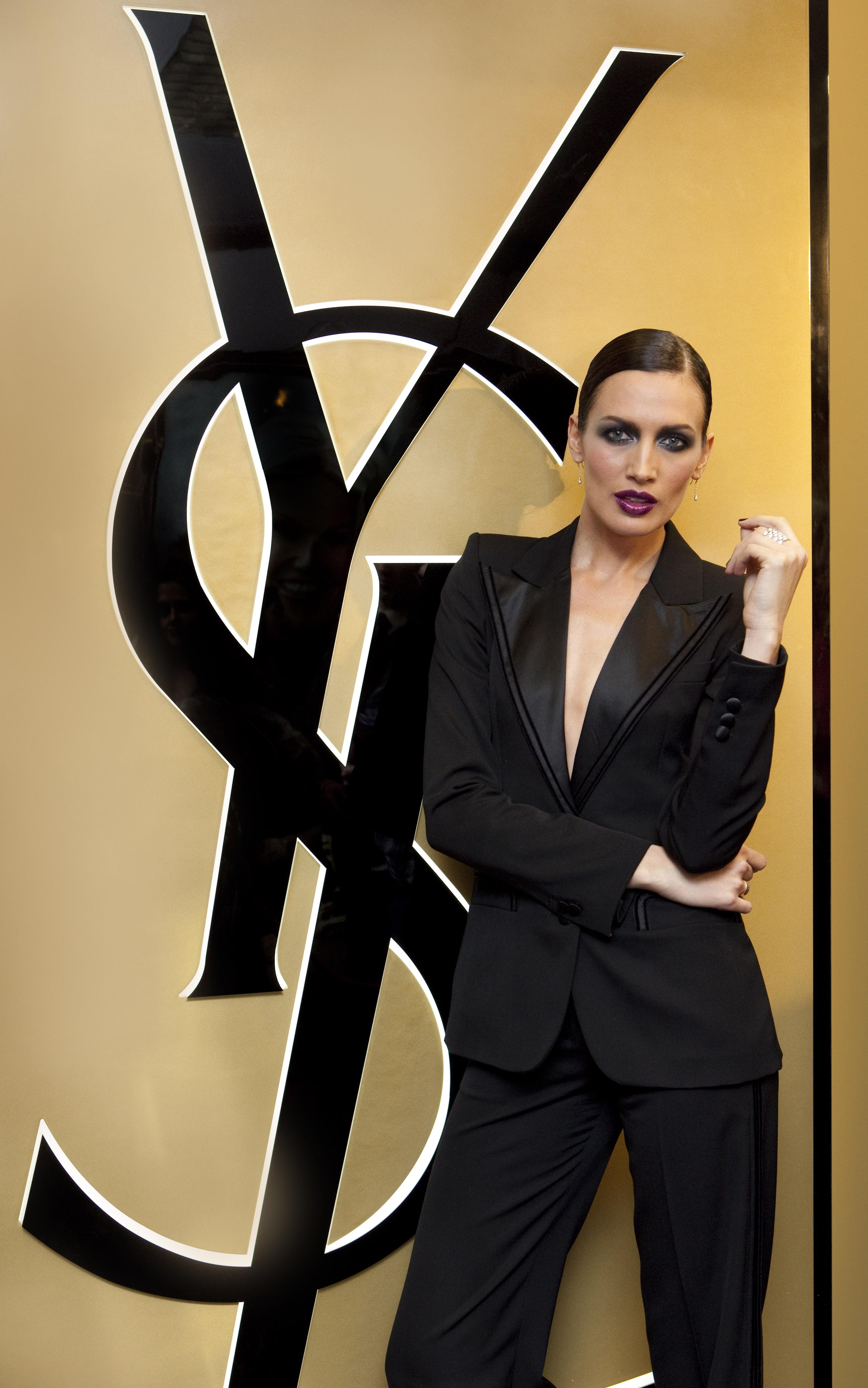 Nieves Alvarez con esmoquin negro de YSL 544d840da93