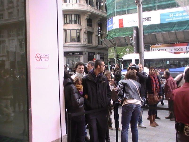 Daniel y Rocio espeando para entrar