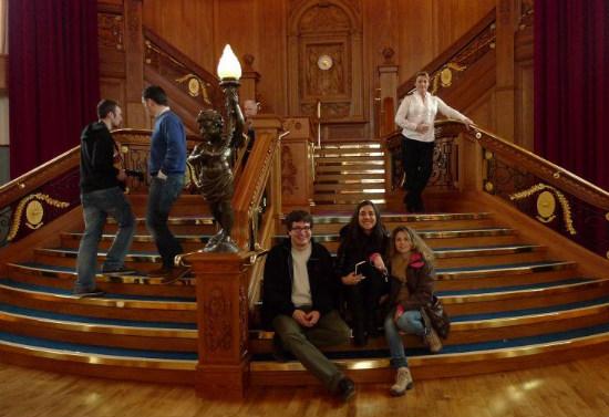 Parte del equipo en la gran escalera del Titanic