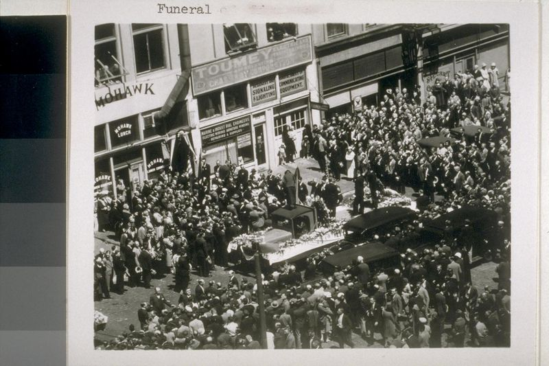 Funeral de los dos obreros muertos a balazos de la Guardia Nacional en la huelga portuaria de 1934 en San Francisco [Foto: Calisphere, California Digital Library]