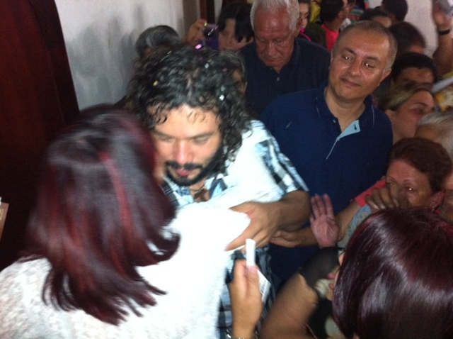 Juan abraza feligreses