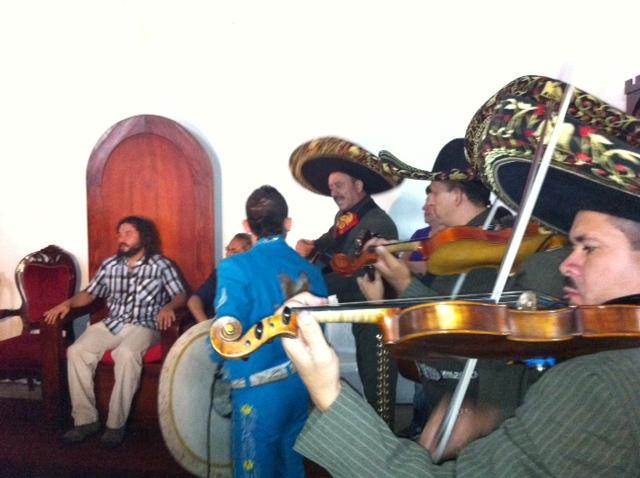 Juan escucha mariachis
