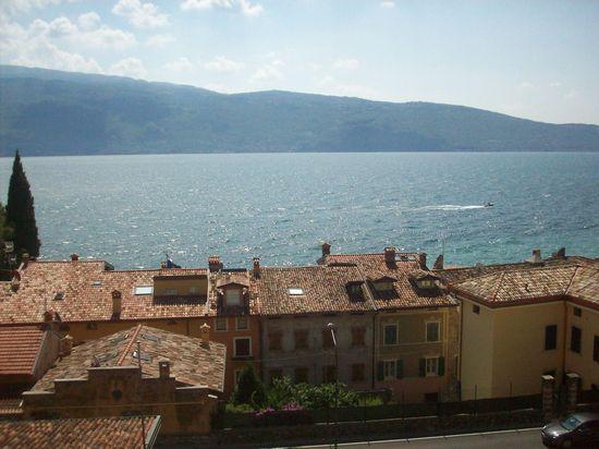 Frente de casas con el Lago di Garda al fondo
