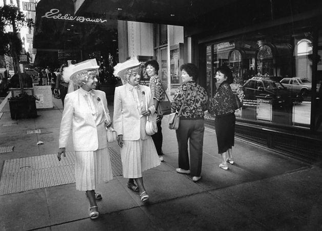 [La Hermanas Brown paseando por Post Street. Noviembre, 1987. Foto: Deanne Fitzmaurice, The Chronicle]