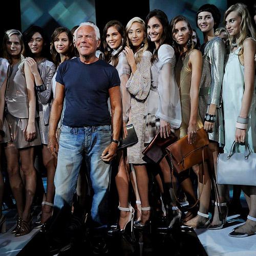 Giorgio-Armani-rodeado-por-las-modelos-del-desfile-de-Emporio-Armani