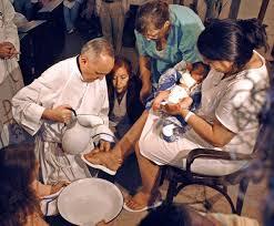 Papa Francisco lava pies