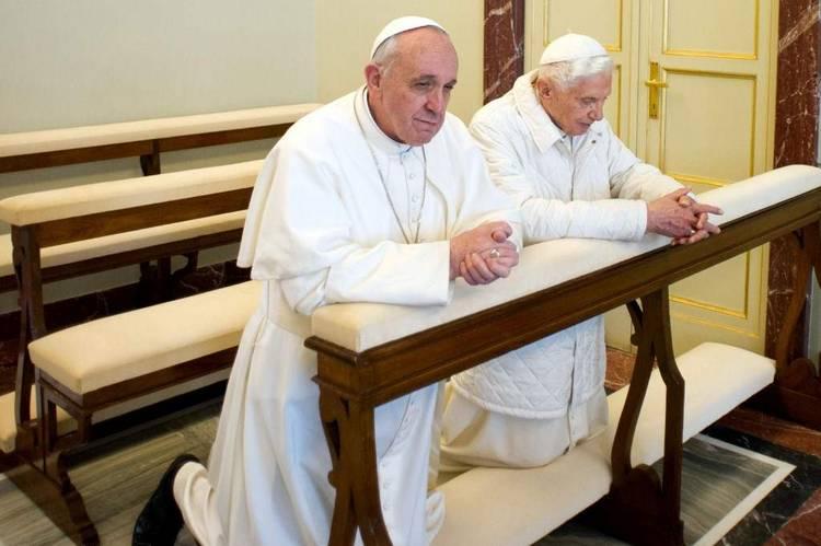 17290_BENEDICTO_XVI_Y_FRANCISCO._Histórico_e_inédito_hecho_en_el_Vaticano.6