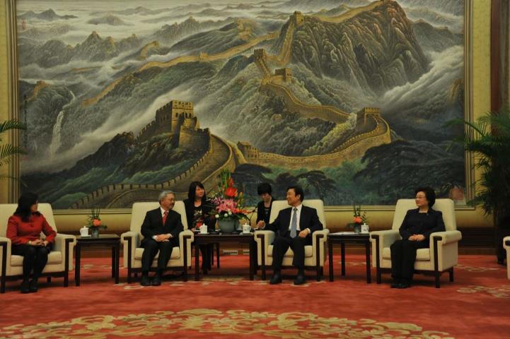 [El alcalde Lee, segundo por la izquierda, con el vicepresidentre de China, Li Yuanchao. Foto: página de Facebook de Lee]