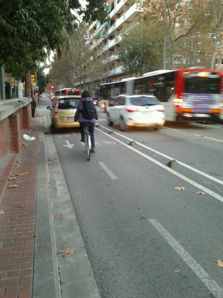 La solución para el ciclista es invadir la calzada