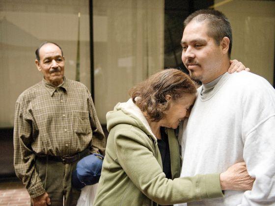 [José Antonio Franco es abrazado por su madre. Foto: The Orange County Register]
