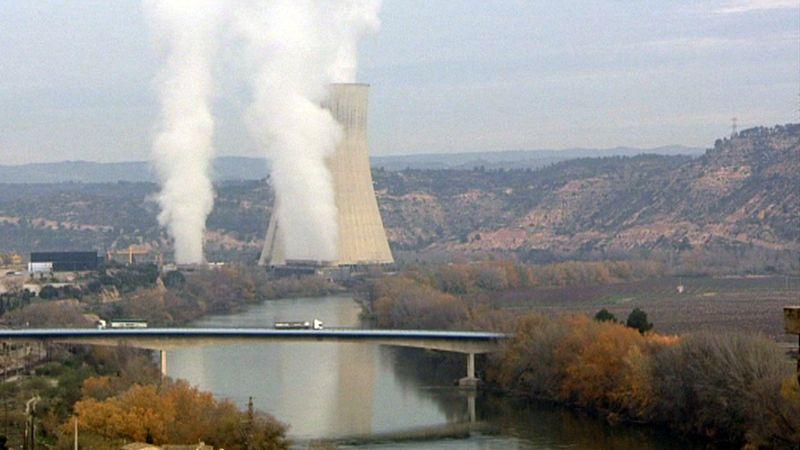 ESC_Columnas de vapor de agua surgiendo desde la central nuclear vistas desde el pueblo de Ascó
