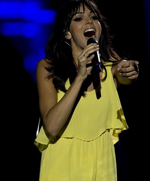 Raquel-con-vestido-amarillo