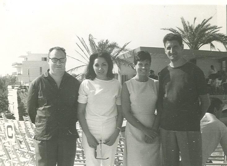 1964 Lleó Borrell i JM Andreu amb les cantants Salomé i Franciska al centre de la foto a Mallorca quan van presentar la cançó Tot el que sóc