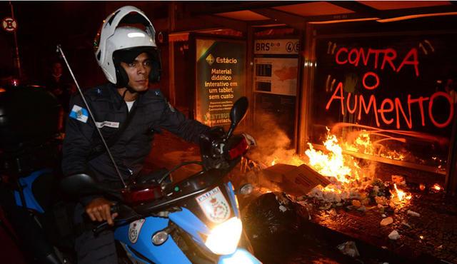 Destrozos-en-calles-de-Sao-Paulo-y-Rio-de-Janeiro-por-enfrentamientos-entre-policias-y-manifestantes_fotogaleria_full