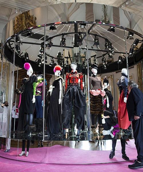 Lacroix resucita el espíritu surrealista de Schiaparelli - La vida ... 866d082c864