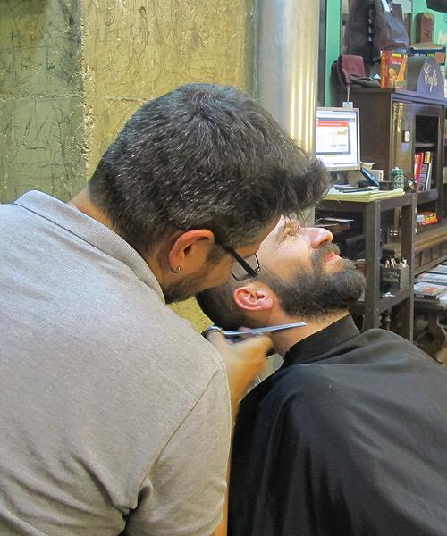 Jaime-atiendo-a-un-cliente-en-Lucas-36.-La-vida-al-bies
