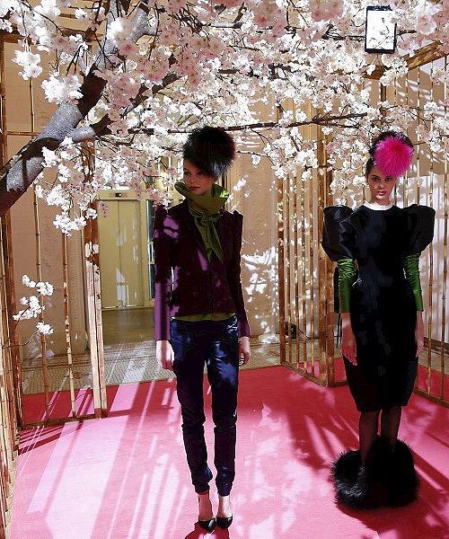 Dos-modelos-con-diseños-de-la-colección-homenaje-a-Schiaparelli