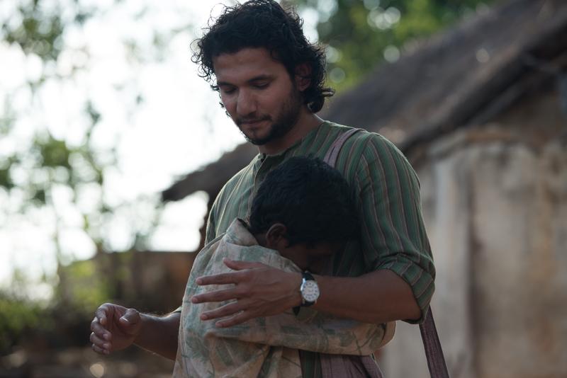 Sunny Singh interpreta a un traductor de la casta de los guerreros, como la suya, aunque dice que su familia ha evitado educarle bajo este sistema social