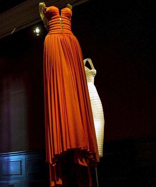 Vestido-de-Azzedine-Alia-expuesto-en-París