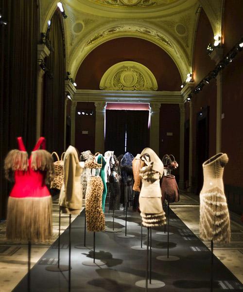 Interior-del-museo-Galiera-con-la-expo-de-Alaia