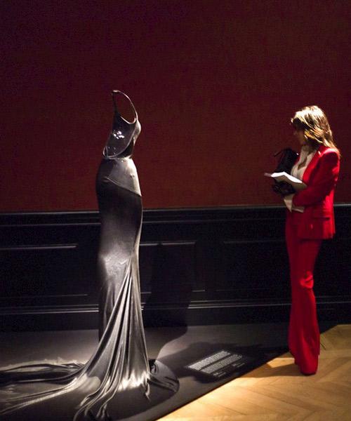 Una-mujer-observa-un-vestido-de-Alaia-en-París