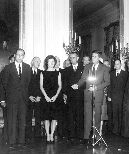 JAckie-Kennedy-vestida-de-negro