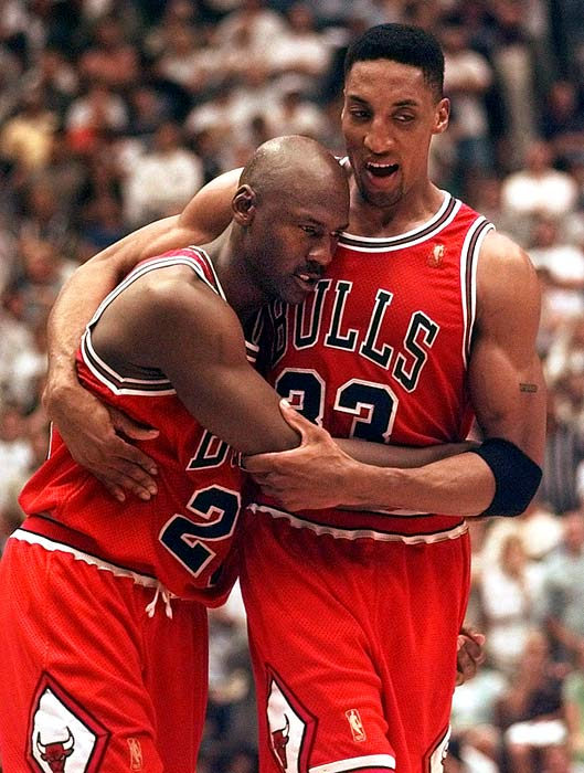 Pippen abraza Jordan
