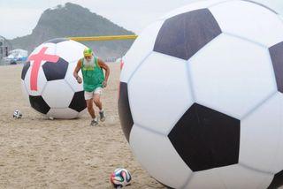 Usan-balones-gigantes-para-protestar-contra-el-Mundial-en-Copacabana-617x413
