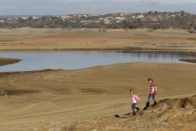 El nivel del lago Folsom, que aporta agua a la zona de Sacramento, está en mínimos históricos. El agua está, como se puede ver en la foto de hace unos días, a unos cien metros de la ribera habitual (AP Photo/Rich Pedroncelli)