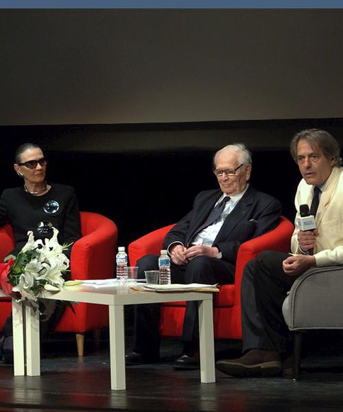 Pierre-Cardin-durante-la-conferencia-dada-en-Madrid