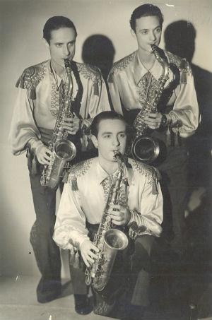 1937 A París amb l'orquestra de Manolo Bel al costat seu drets Francisco Herrero i Mario BarcelóBLOG