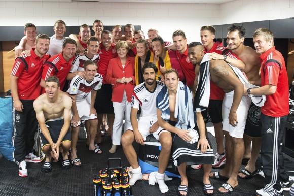 World-Cup-2014-Merkel-in-der-Kabine