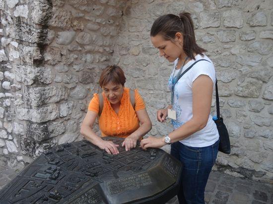 Angelines y Joanna en una maqueta
