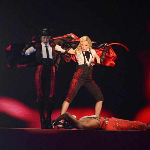 Madonna-con-una-de-las-bailarinas-que-lleva-ropa-de-Toroshopping