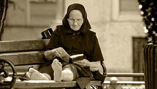 La anciana lectora, de Santi Martin