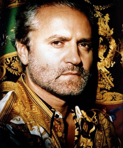 Gianni-Versace-con-una-de-sus-famosas-camisas-estampadas