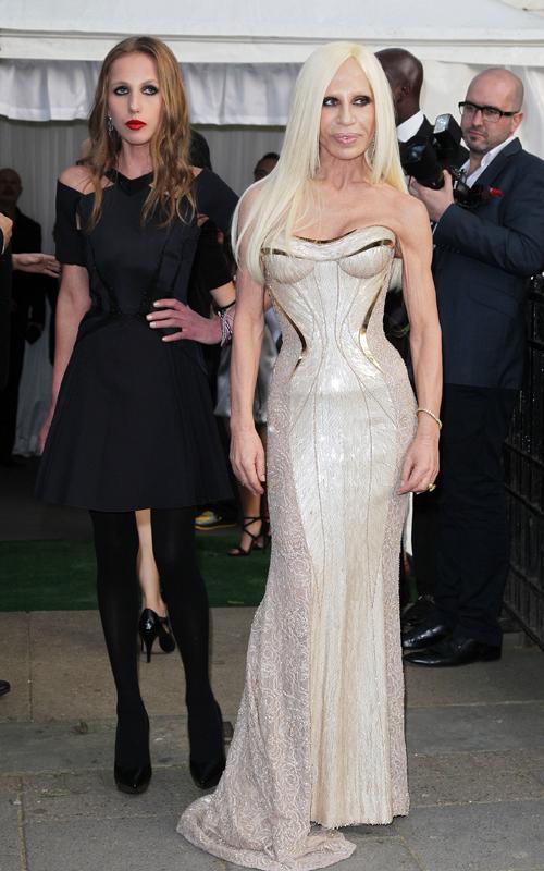 Allegra-y-Donatella-Versace-en-2012