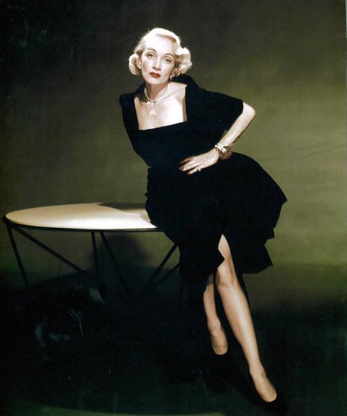 Dietrich-con-un-diseño-de-Dior.