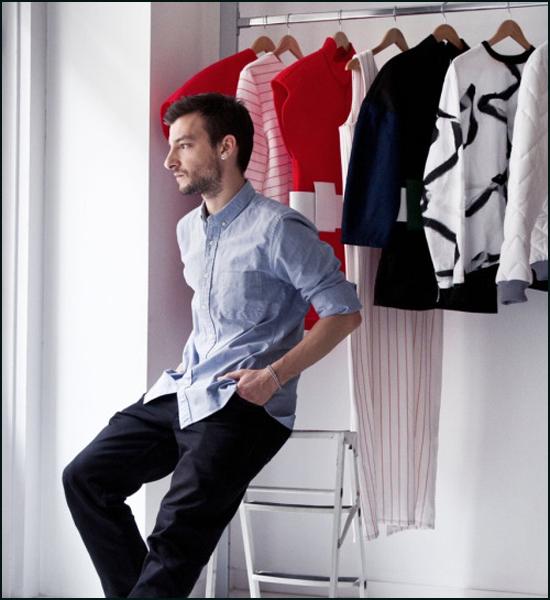 Xavi-Reyes-con-algunas-de-sus-prendas-colgadas-en-su-estudio