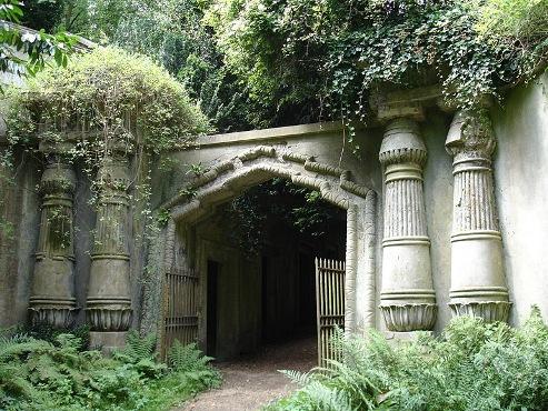Entrada al pasaje egipcio del cementerio_Highgate Foto CC