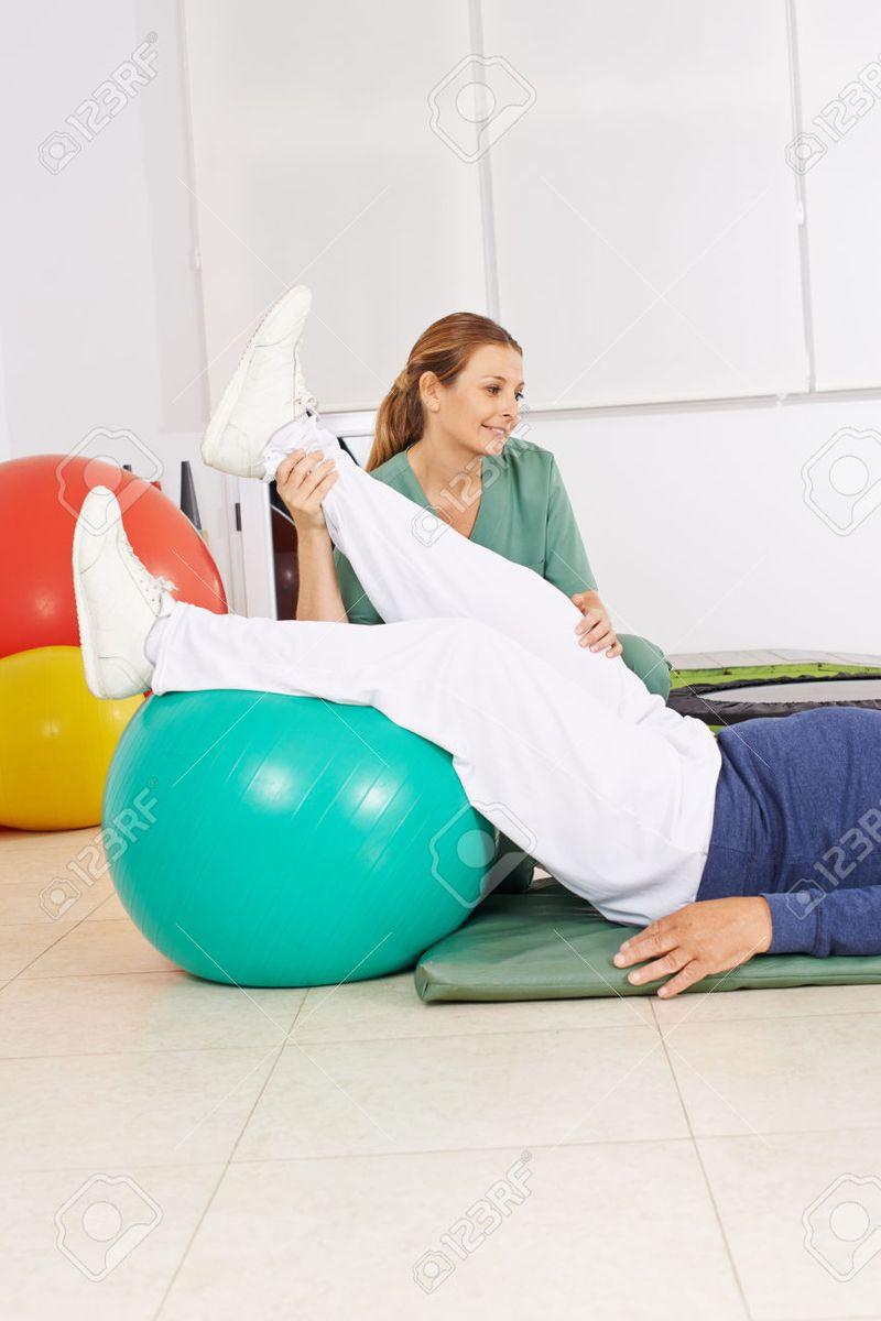 52996642-Fisioterapeuta-sosteniendo-la-pierna-del-hombre-de-edad-durante-la-terapia-f-sica-Foto-de-archivo