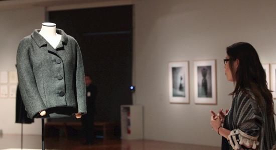 Una-joven-contempla-una-chaqueta-de-Balenciaga