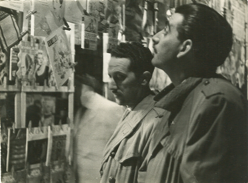 Abelard Roura i José Joaquín Marroquí davant d'un quiosc de les Rambles
