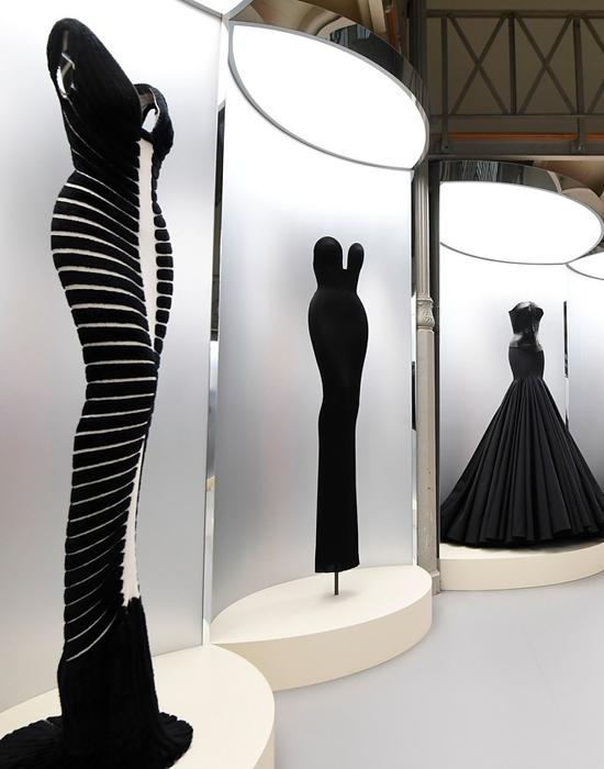 Alaïa-utilizaba-el-negro-para-enfatizar-su-patrón-escultural