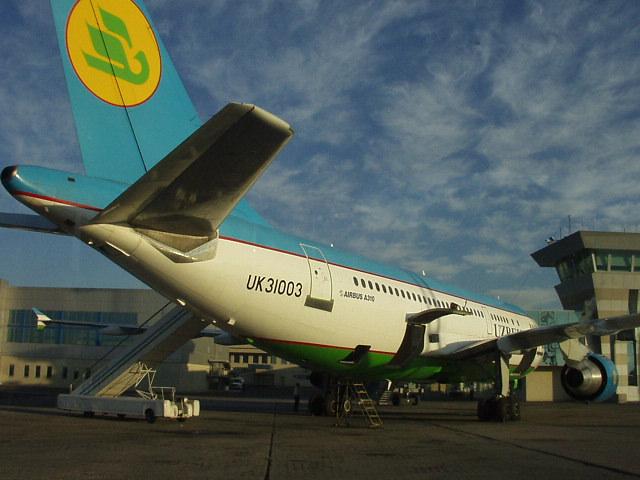 Uzbekistan_Airways_A310-324_in_Tashkent_Yuzhny_Airport